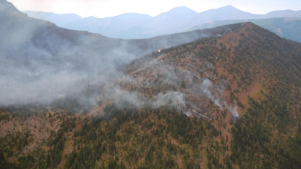 Le feu Kenow force l'évacuation du parc national des Lacs-Waterton.