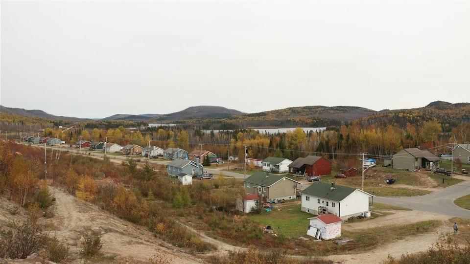 Le site de Wemotaci, au pied des montagnes et près de l'eau, a été choisi par les Atikamekw pour sa situation géographique et son accessibilité.