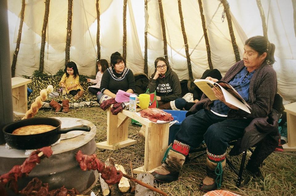 Tous les dimanches, la famille Mukash se réunit pour pique-niquer et cuisiner des mets traditionnels dans cette tente, appelée wigwam en cri, qu'ils ont construite au début de l'hiver.