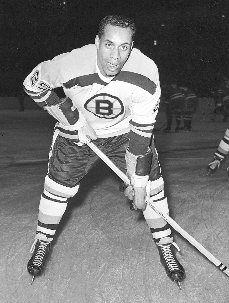Photo de Willie O'Ree dans l'uniforme des Bruins de Boston.