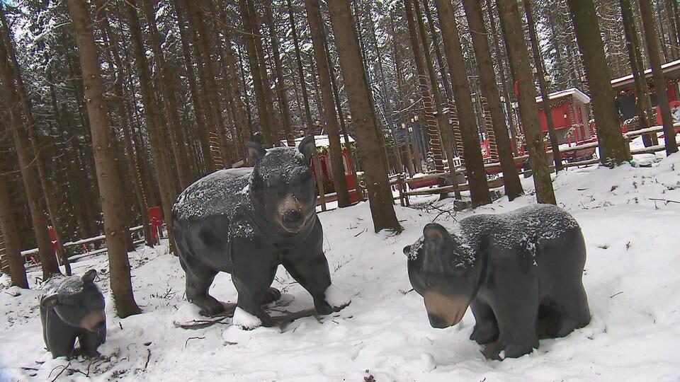 Des statues d'ours au Woodooliparc