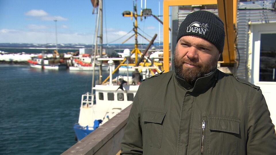 Yan Tremblay sur le quai des pêcheurs à Sept-Îles.