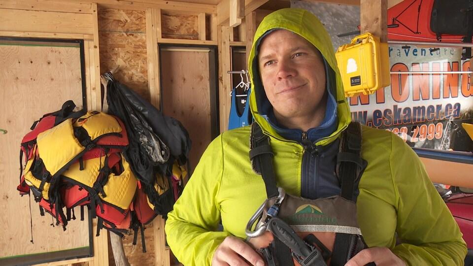 Homme habillé avec un équipement de sécurité pour les randonnées en kayak.