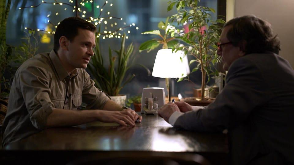 Ilya Yashine et Raymond Saint-Pierre attablés dans un café de Moscou