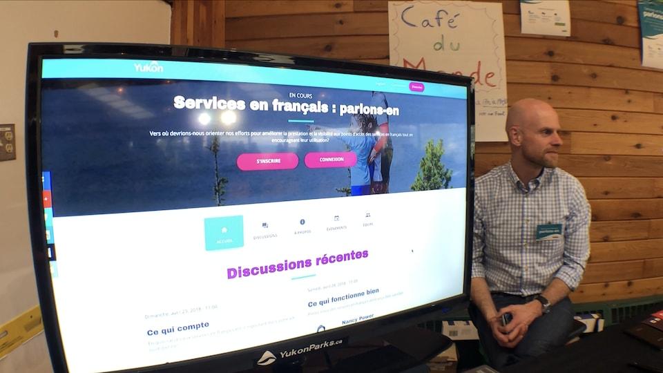 un écran présentant le site de la consultation