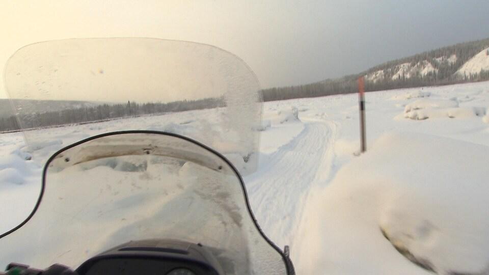 vue du sentier sur le fleuve à partir d'une motoneige