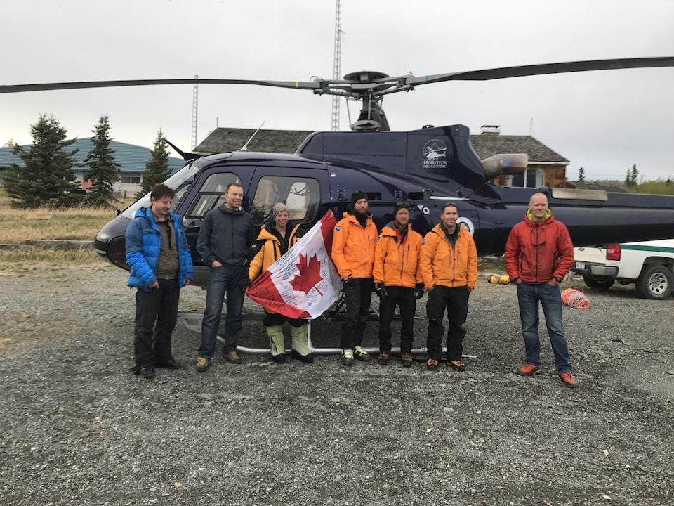 Monique Richard devant l'hélicoptère avec l'équipe de sauvetage