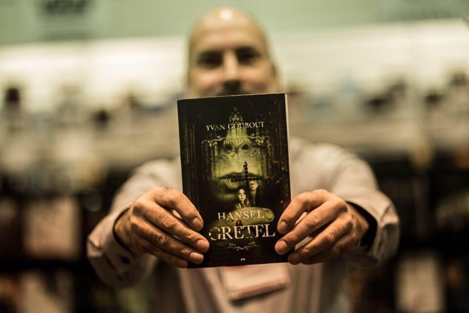 Yvan Godbout pose avec son roman «Hansel et Gretel».