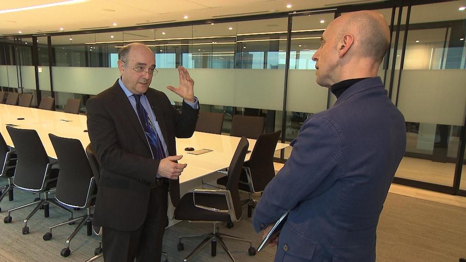 Le secrétaire du Collège des médecins, Yves Robert, discute avec le journaliste Davide Gentile.
