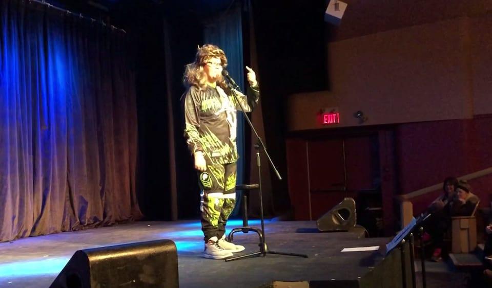 Un jeune homme sur un scène.