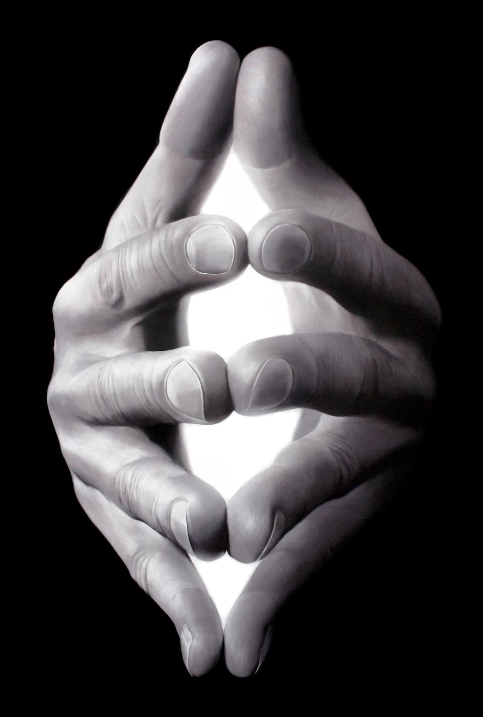 Des mains jointes en noir et blanc. La lumière semble venir de l'intérieur.