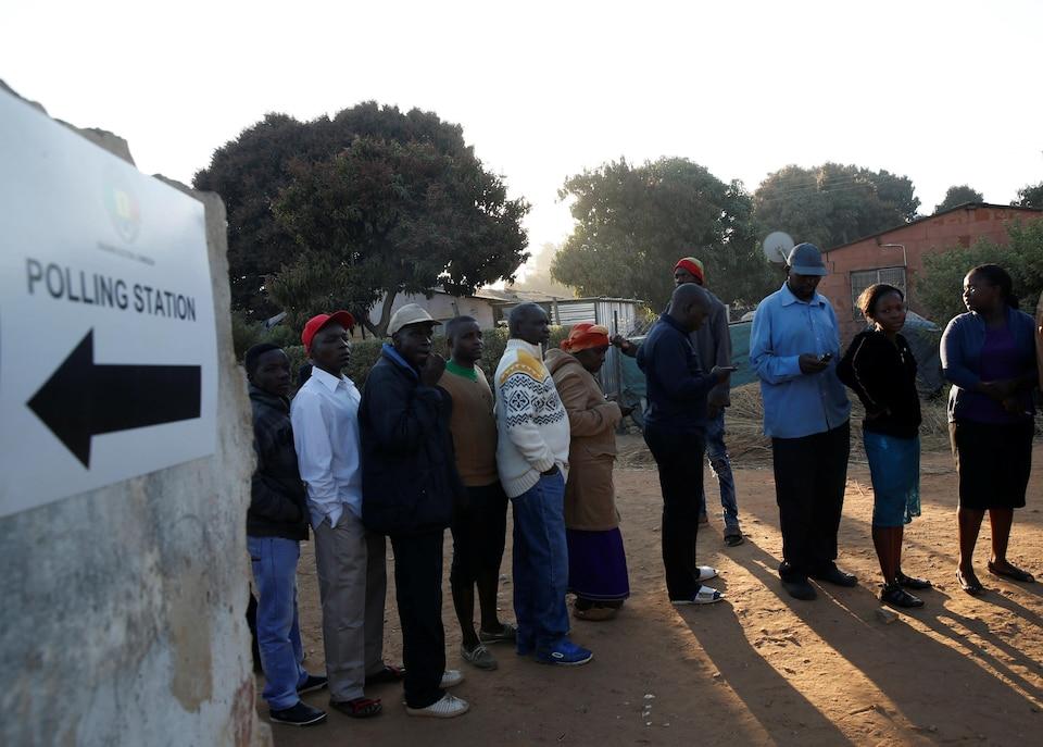 Une file d'électeurs zimbabwéens