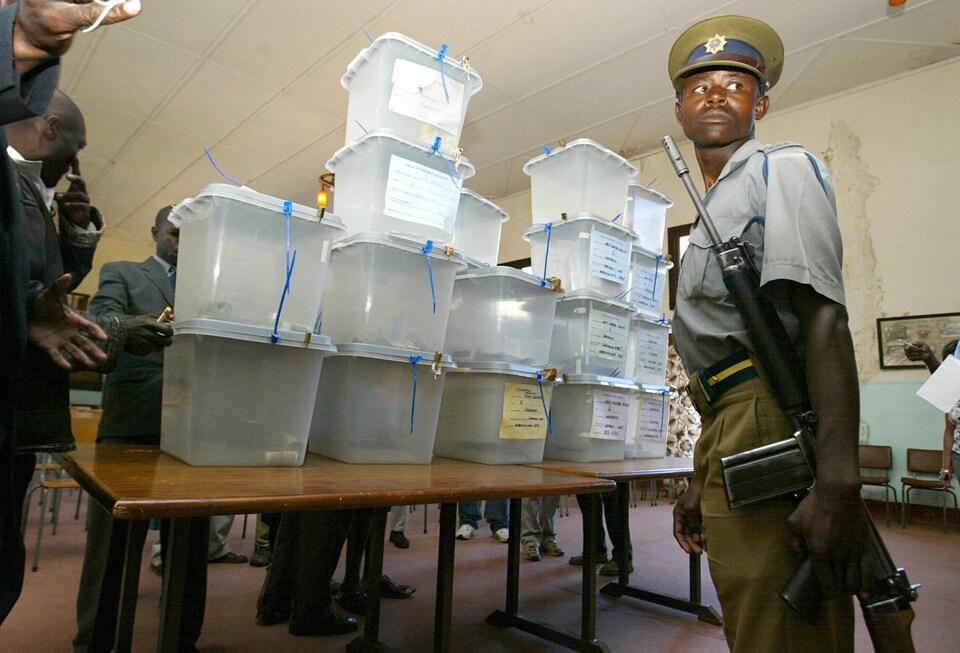 Un policier près de boîtes de scrutin le 19 avril 2008