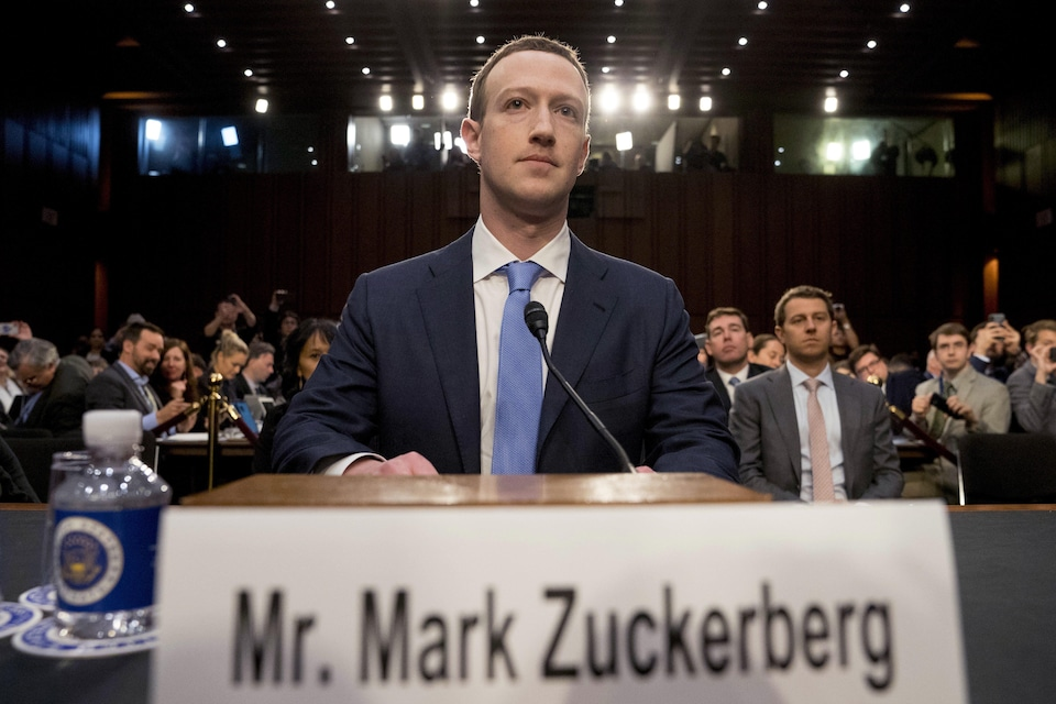 Le PDG de Facebook, Mark Zuckerberg, témoignant devant les sénateurs à Washington.