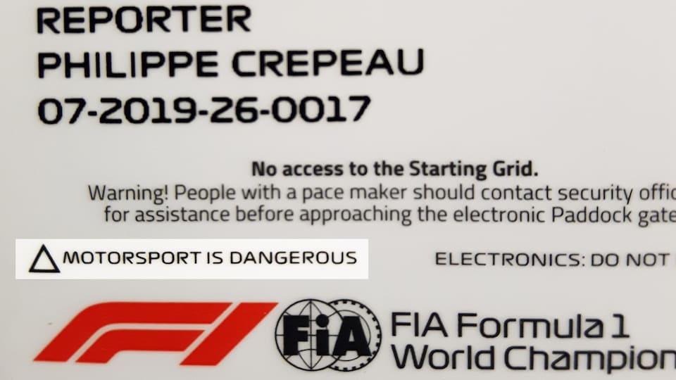Sur les accréditations permettant d'accéder aux circuits, il est écrit : « La course automobile, c'est dangereux »