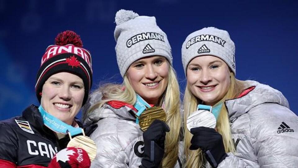 Alex Gough sur le podium de Pyeongchang avec Natalie Geisenberger et Dajana Eitberger.