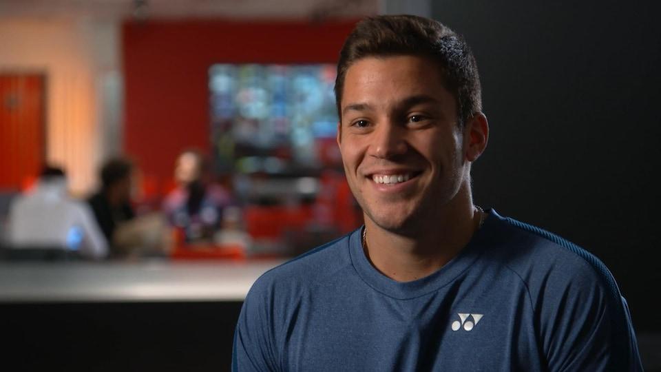Il sourit lors d'une entrevue avec un journaliste de Radio-Canada Sports.