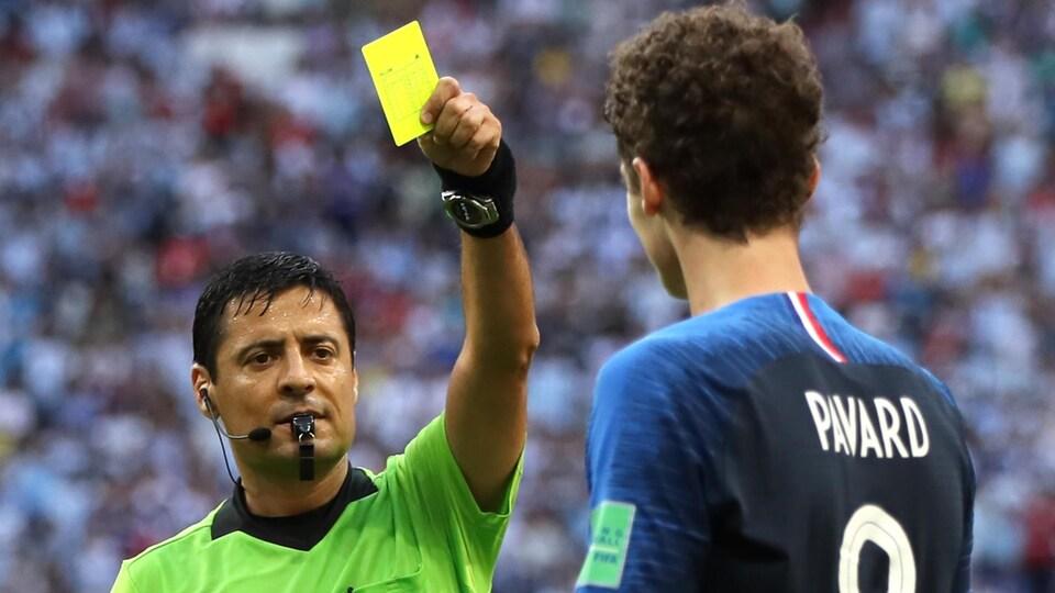 L'arbitre iranien Alireza Faghani donne un carton jaune à Benjamin Pavard de l'équipe de France.
