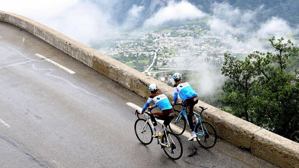 Les Français Romain Bardet et Tony Gallopin montent côte à côte l'Alpe d'Huez