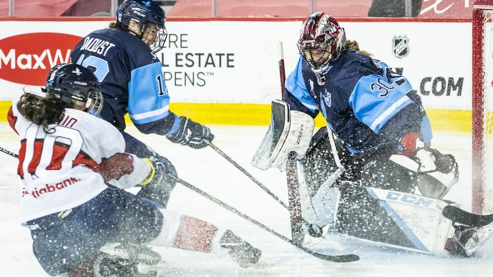 La gardienne de l'équipe de Montréal fait un arrêt devant Rhianna Kurio, de Calgary.
