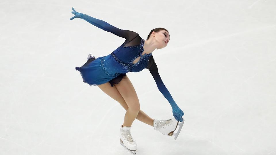 Une patineuse artistique tourne sur elle-même