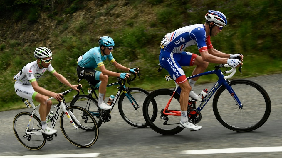 Il est sur son vélo en compétition.