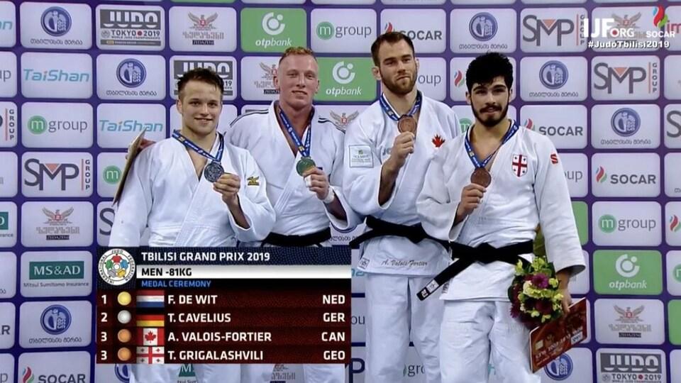 Le Canadien Antoine Valois-Fortier brandit sa médaille de bronze sur le podium du Grand Prix de Tbilissi (catégorie -81 kg).
