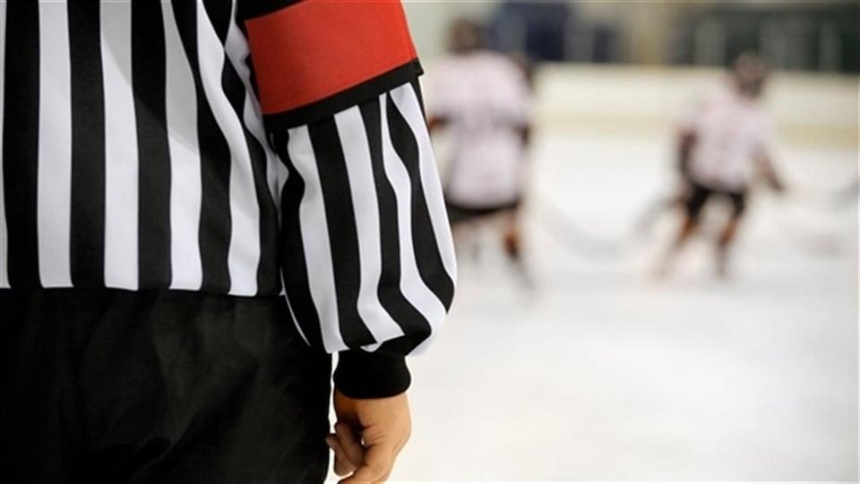 Un arbitre de hockey mineur.