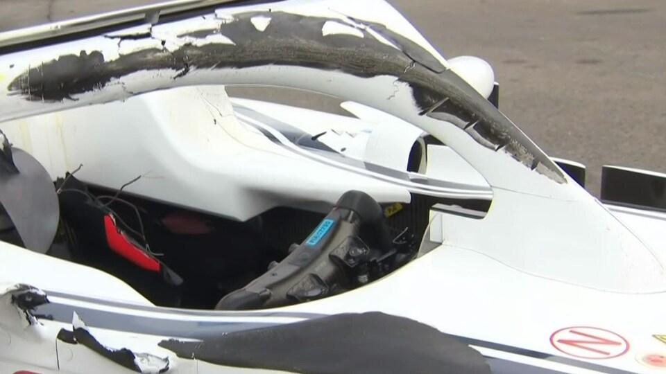 La barrière circulaire de sécurité (halo) de l'Alfa Romeo de Charles Leclerc après l'impact