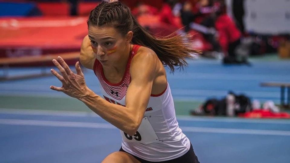 Une coureuse s'élance lors d'une épreuve.