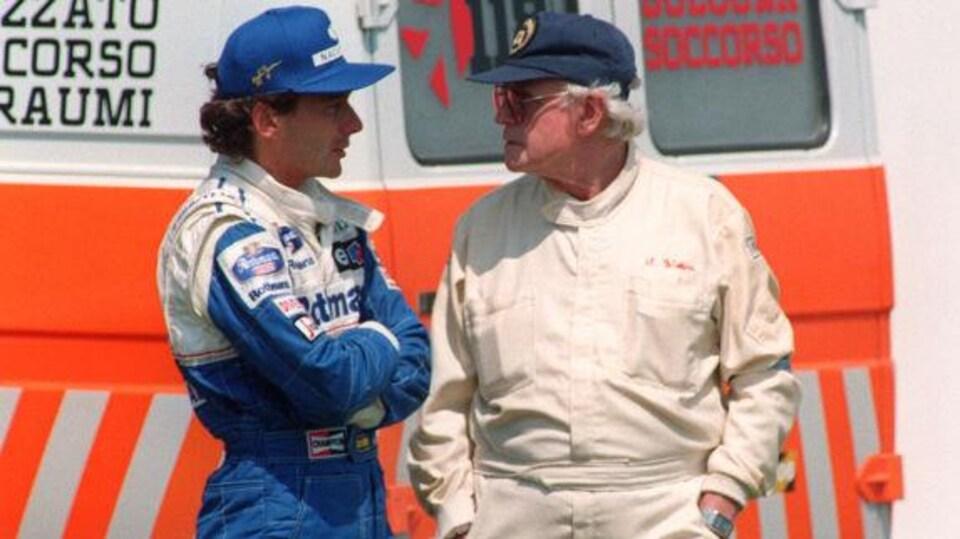 Ayrton Senna discute avec le responsable médical de la FIA de l'époque, Sydney Watkins, après l'accident de Roland Ratzenberger le 30 avril 1994.