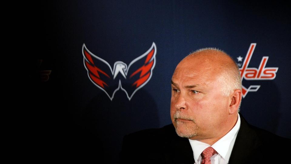 Gros plan de l'ancien entraîneur-chef des Capitals de Washington Barry Trotz en conférence de presse.