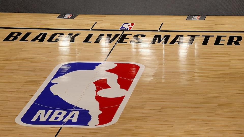Le slogan Black Lives Matter écrit au-dessus du logo de la NBA.