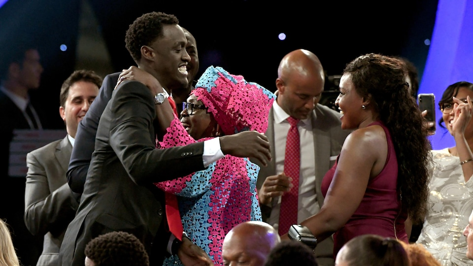 Il reçoit une accolade de sa mère.