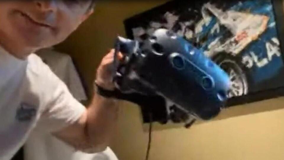 Bertrand Godin avec le casque de réalité virtuelle en main