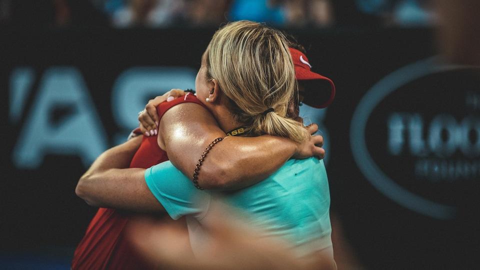 Elles s'enlacent après la victoire en demi-finale du tournoi d'Auckland, en Nouvelle-Zélande, en janvier 2019.