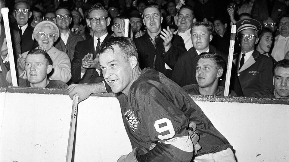 Une photo en noir et blanc d'un joueur de hockey