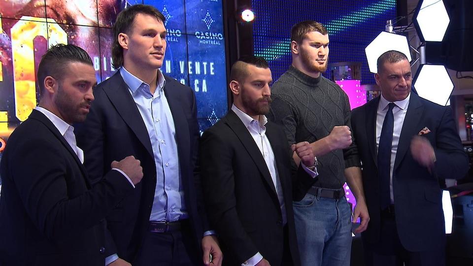 Cinq hommes prennent une photo.