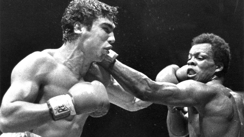 Une photo en noir et blanc de deux boxeurs dans le ring