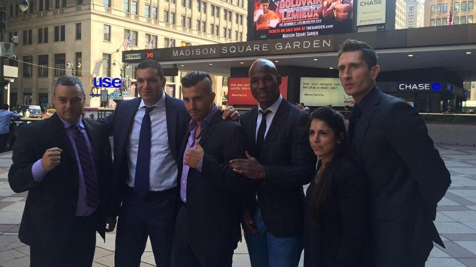 Virginie Assaly à New York, en octobre 2015, en compagnie de Marc Ramsay, Camille Estephan, Bernard Hopkins, Jarek Kulesza et David Lemieux à la veille de son duel face à Gennadiy Golovkin.