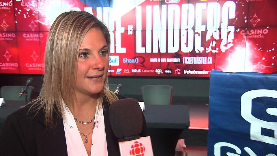 Elle répond aux questions du journaliste de Radio-Canada.