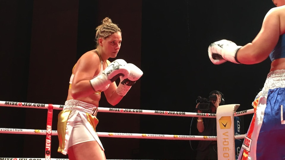 La boxeuse Marie-Ève Dicaire dans un ring contre une adversaire, de dos sur la photo.
