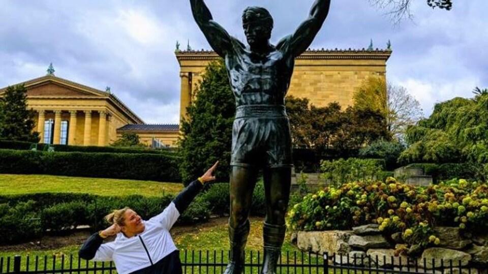 Elle prend la pose d'Usain Bolt.