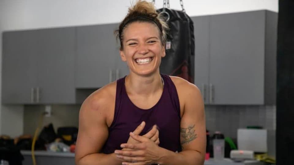 Elle sourit pendant une pause à l'entraînement.