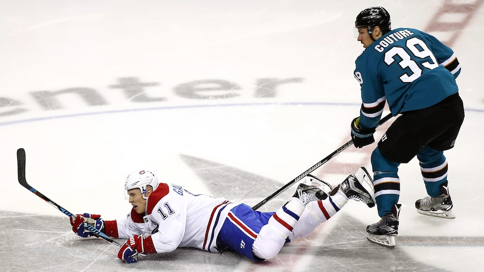 Brendan Gallagher, du Canadien, tombe devant Logan Couture, des Sharks.