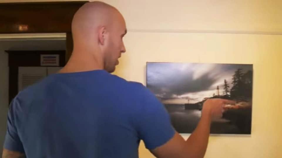 Il présente ses photos lors d'une exposition en 2014.