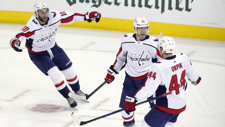 Brett Connolly, Lars Eller (au centre) et Brooks Orpik