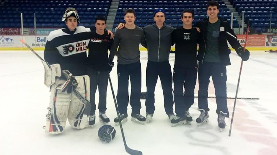Brock McGillis sur la glace avec de jeunes joueurs de hockey