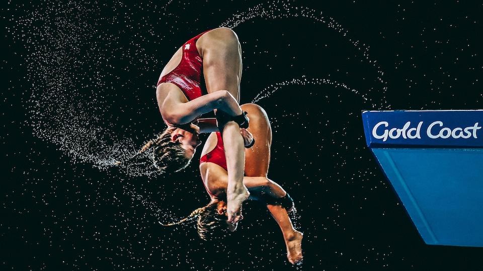 Caeli McKay et Meaghan Benfeito effectuent une rotation vers l'avant à l'épreuve du plongeon synchronisé à la tour de 10 m des Jeux du Commonwealth, en 2018, en Australie.