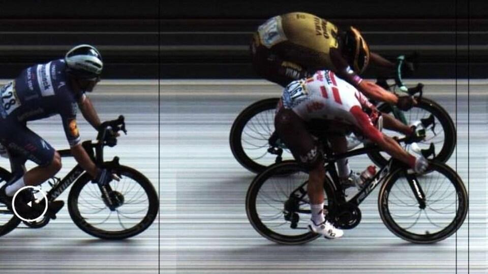 On voit la roue avant du vainqueur devancer de peu celle du second.